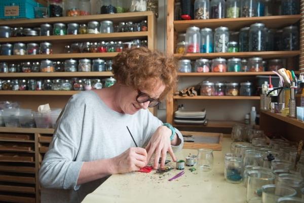 Marie Christine Pavone en plein travail sur un nouveau bijoux