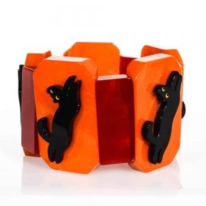 Bracelet avec un chat bondissant de couleur orange
