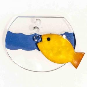 Broche avec un poisson jaune dans son aquarium